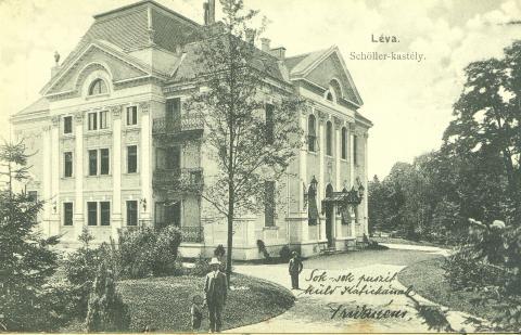 Schoellerov kaštieľ v roku 1903. Pán v bielom klobúku je pravdepodobne G.Schoeller s adoptívnym synom